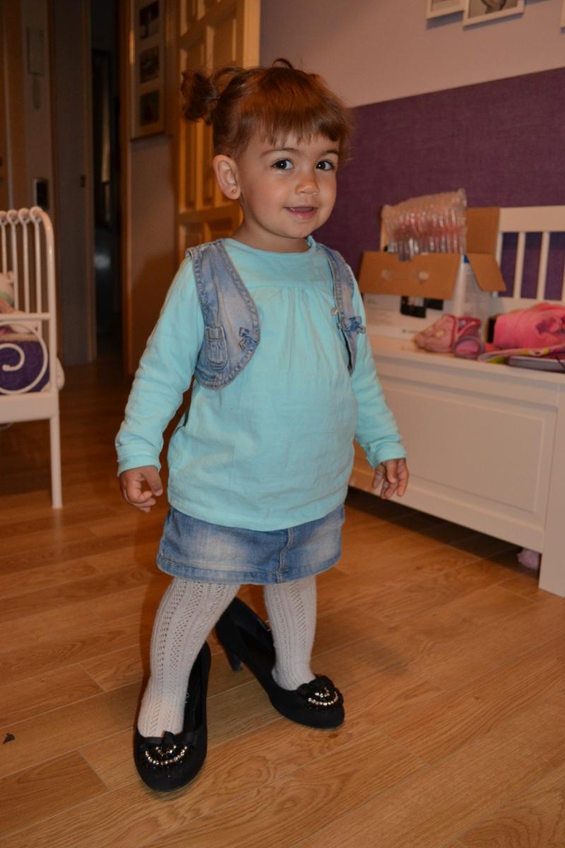 Laira: mi sobrina jugando a ponerse zapatos de tacón