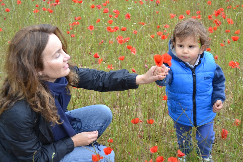 Yo con Leíto, cogiendo flores para mami